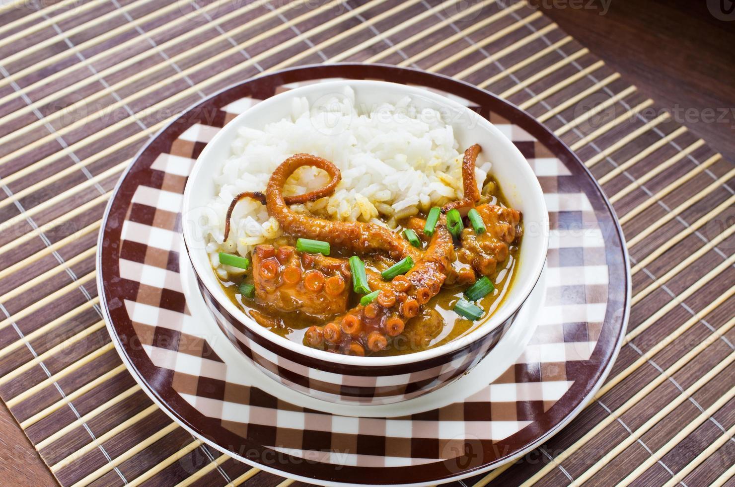 bläckfisk curry med ris och gräslök foto
