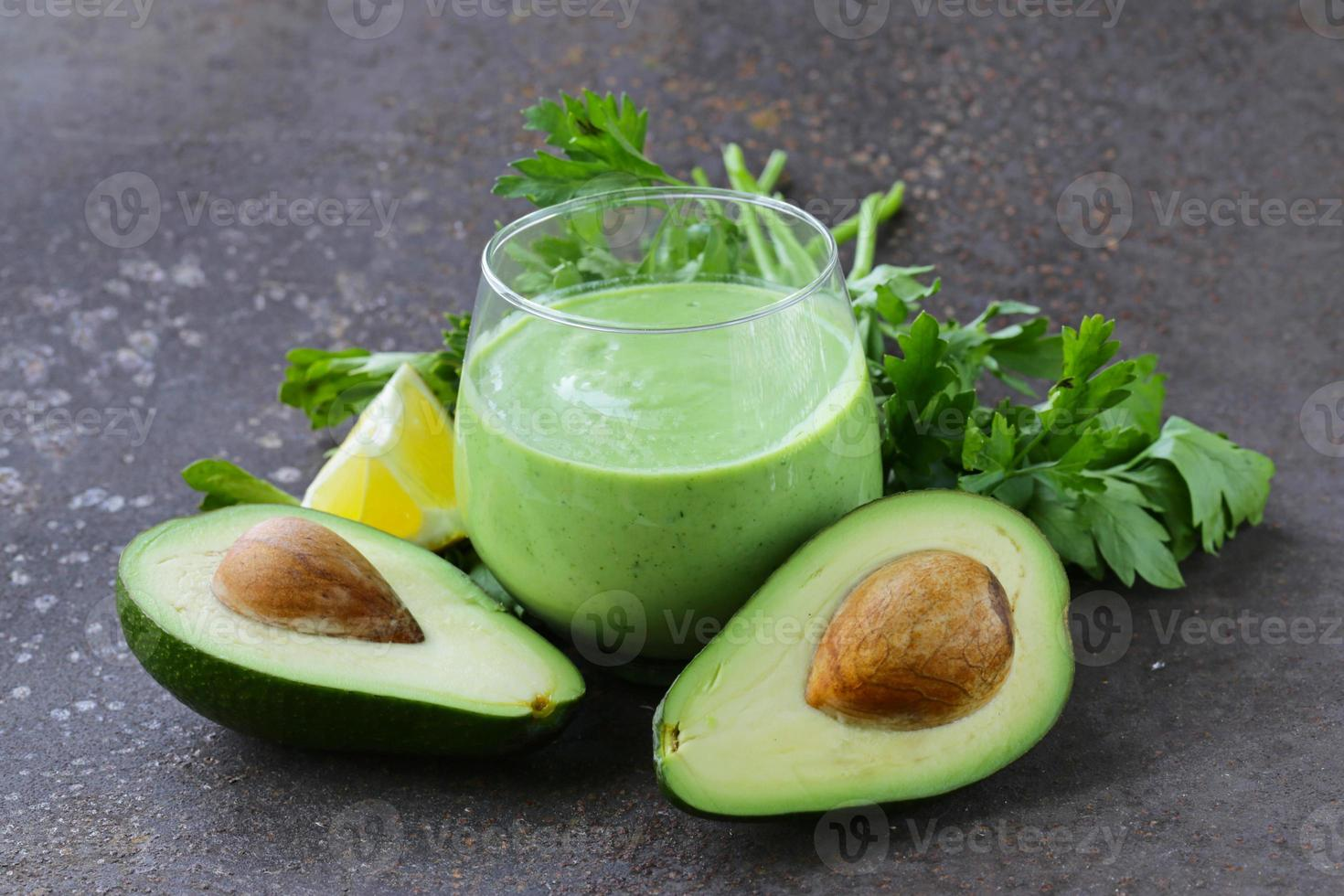 naturlig drink en smoothie med avokado, örter och yoghurt foto