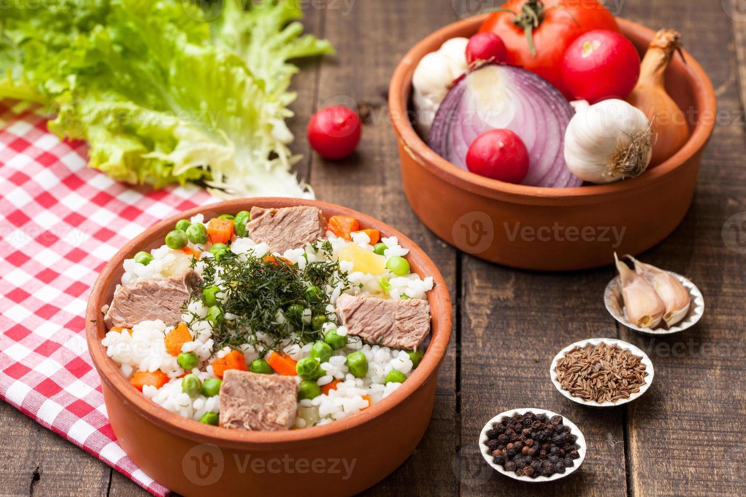 ris med nötkött och grönsaker foto