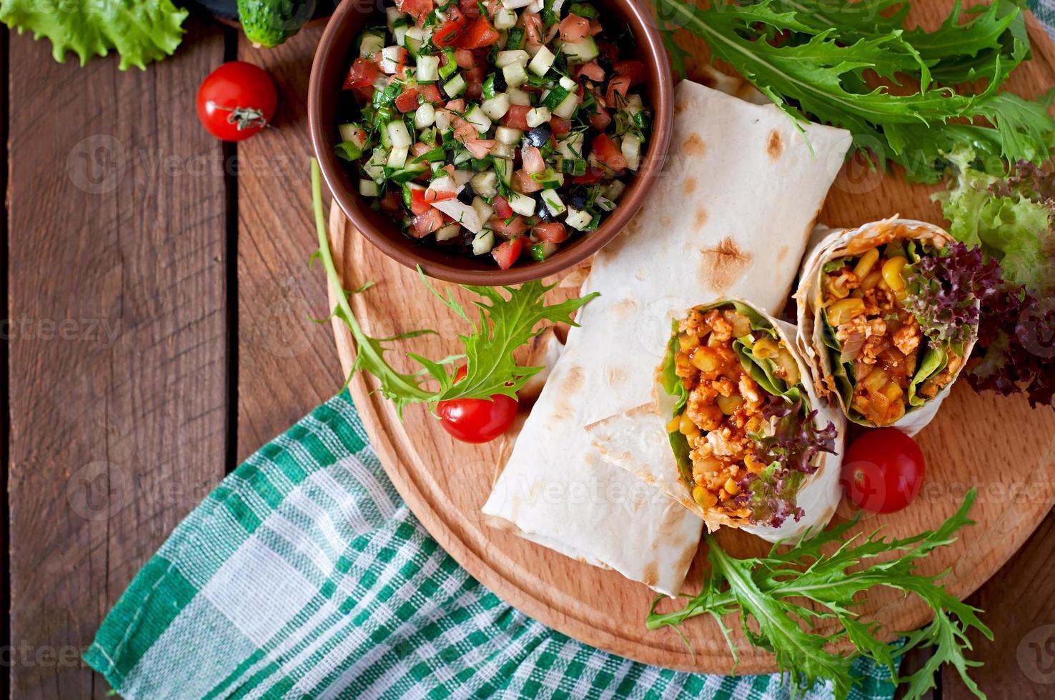 burritosomslag med köttfärs och grönsaker foto