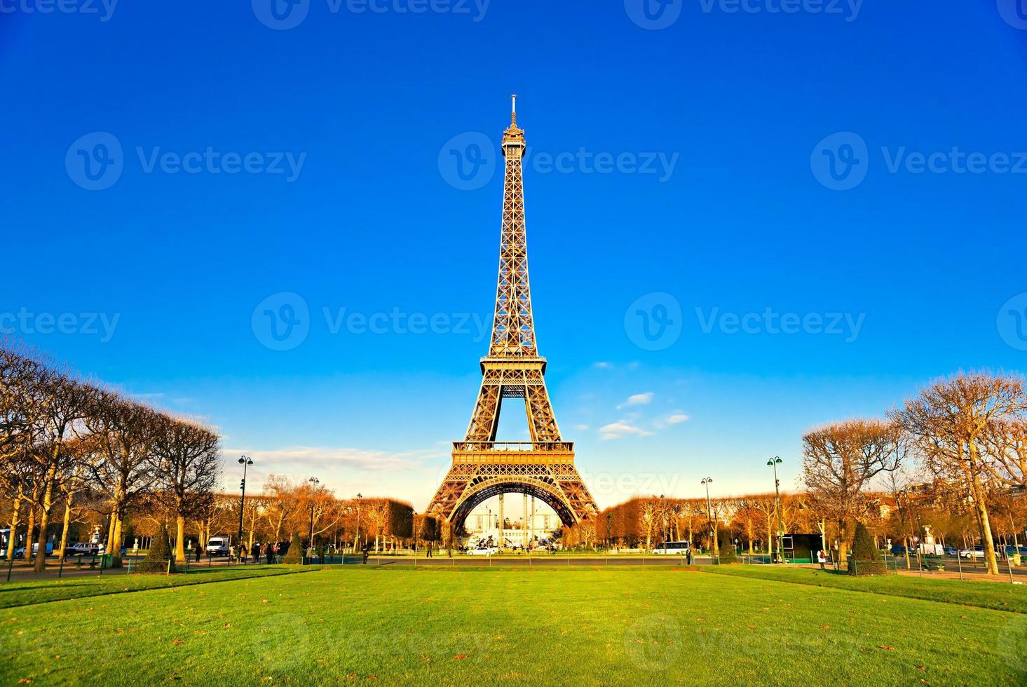 Eiffeltornet vid soluppgången, Paris. foto