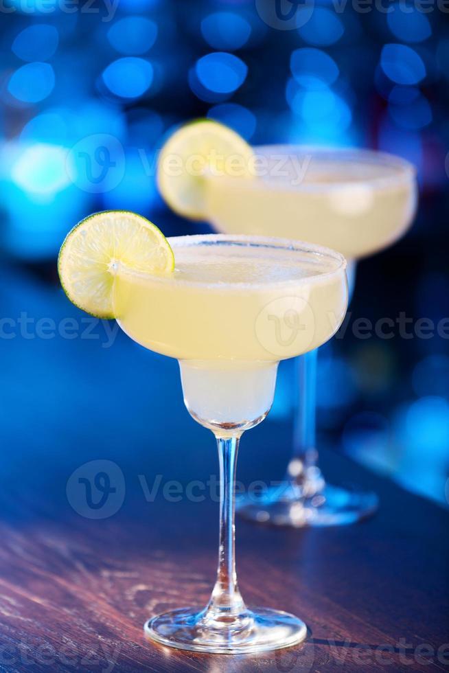 två margarita cocktails på en bar foto
