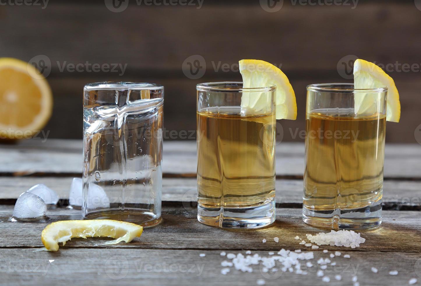 glas tequila med citron och salt foto