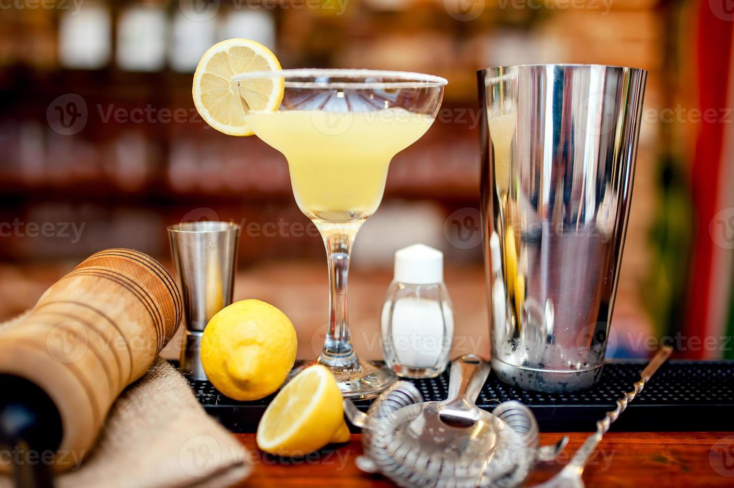 färsk lime margarita serveras i bar och kasino foto