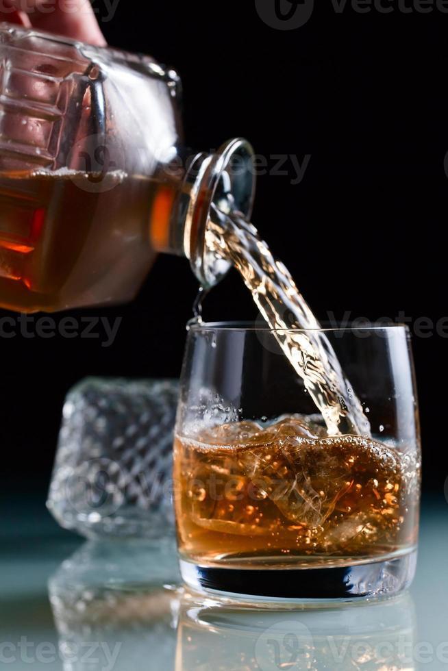 glas med whisky foto