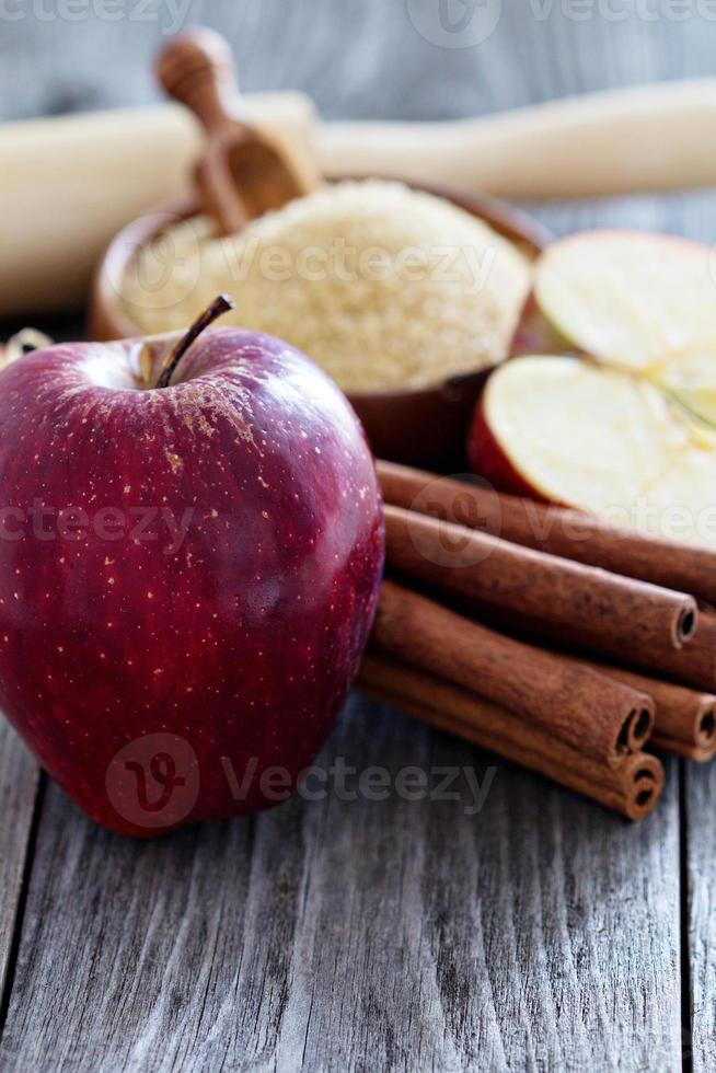 bakning av en paj - äpplen, socker och kanel foto