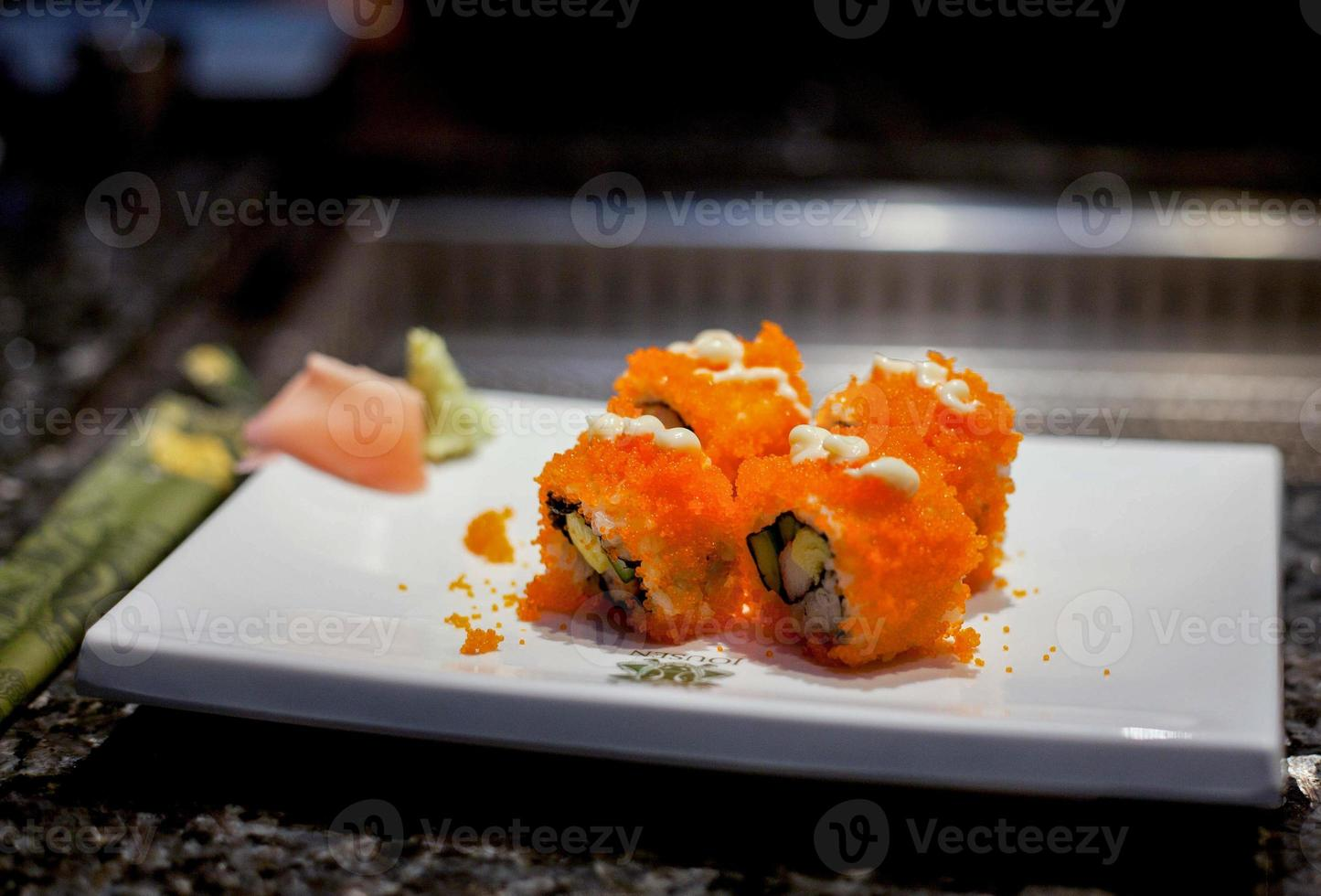 sushi i utsmyckad restaurang foto