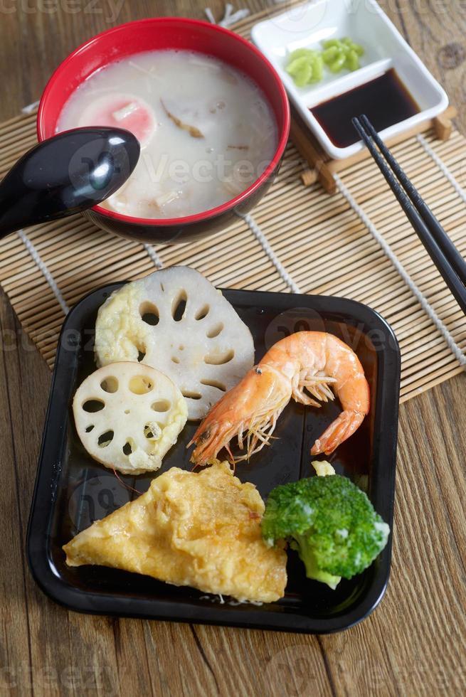 traditionell japansk soppa och tempura för chawanmushi foto