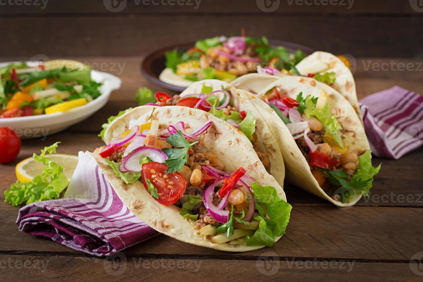 mexikanska tacos med kött, bönor och salsa foto