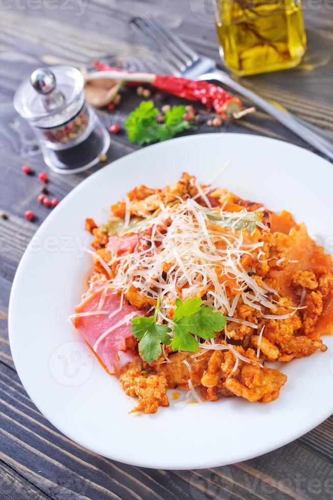 pasta med kött och ost foto