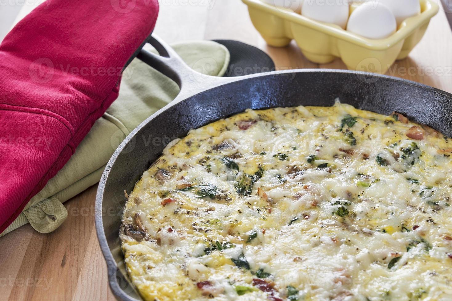 frittata gjord med bacon, broccoli, spenat och svamp foto