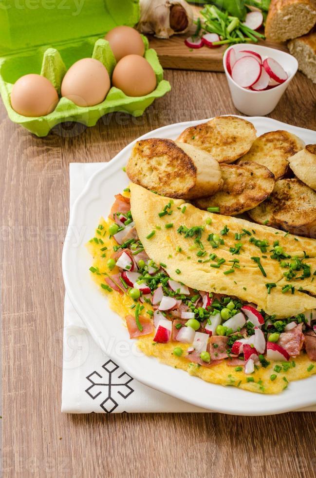 omelett med vårgrönsaker och bacon foto