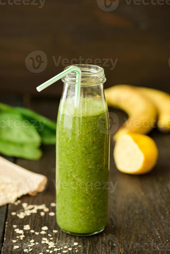 färsk detoxgrön smoothie med spenat och mjöl foto