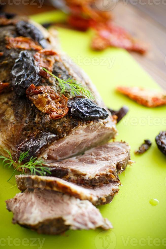 kött bakat med katrinplommon och tomater foto
