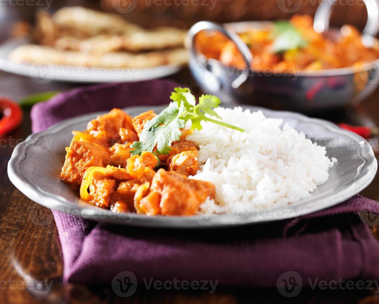 indisk kyckling vindaloo curry med basmatiris på plattan foto