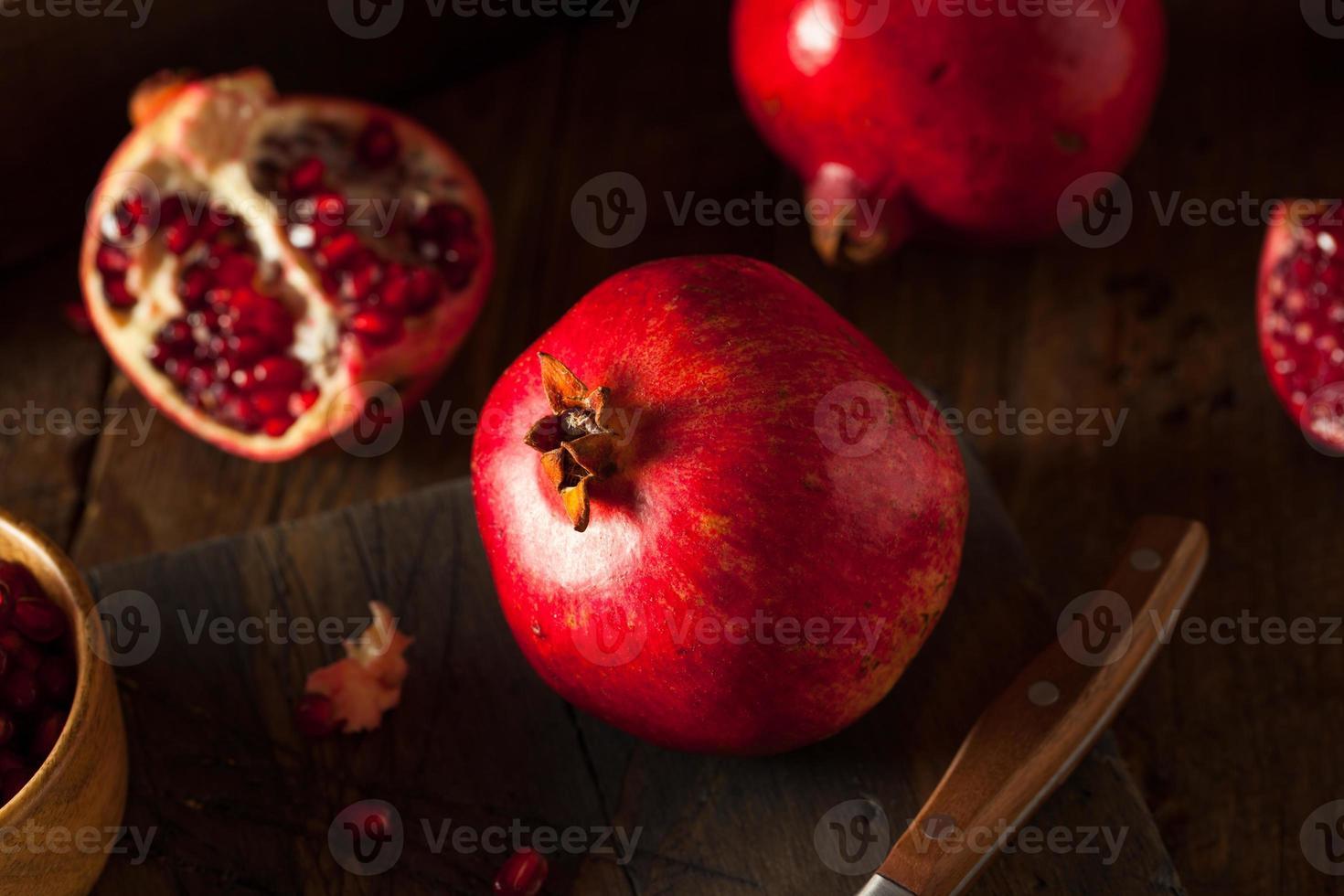 råa organiska röda granatäpplen foto