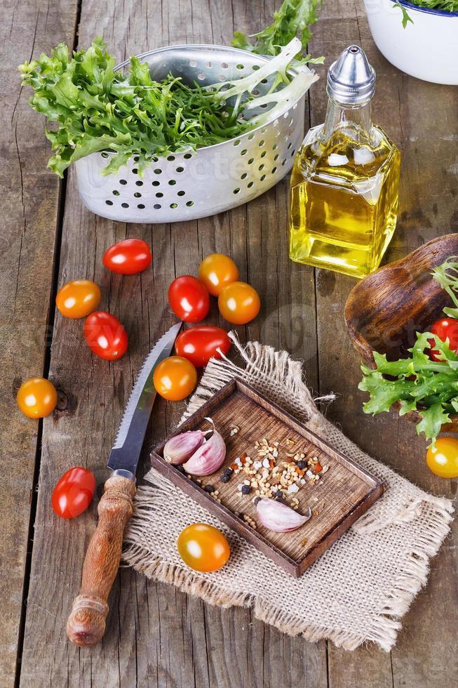 salladingredienser på en rustik träbakgrund foto