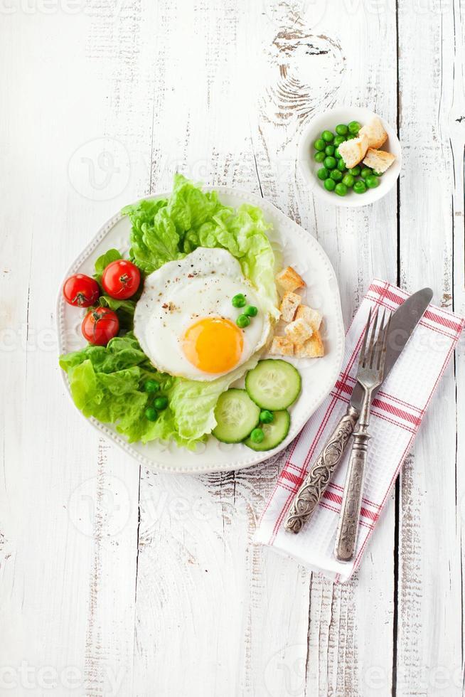 frukost med stekt ägg foto