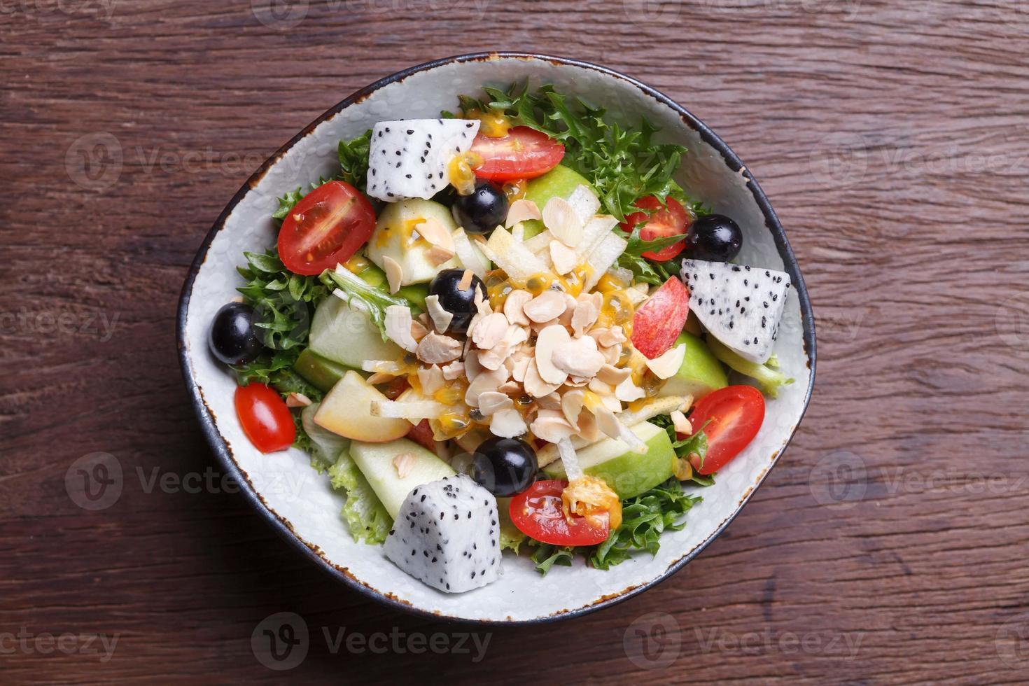 fruktsallad i skålen foto