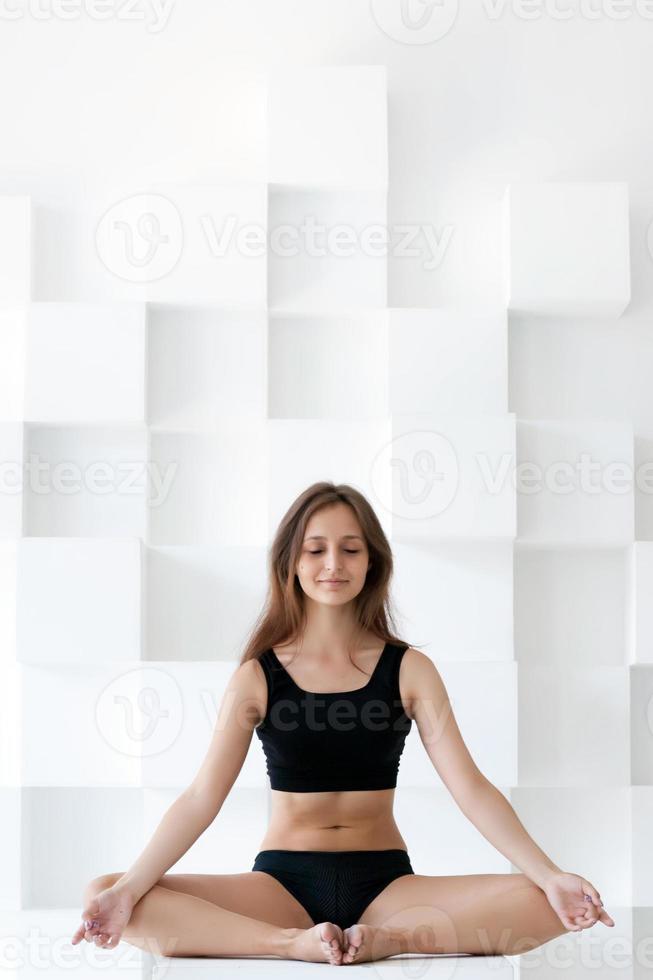 vacker kvinna gör yoga foto