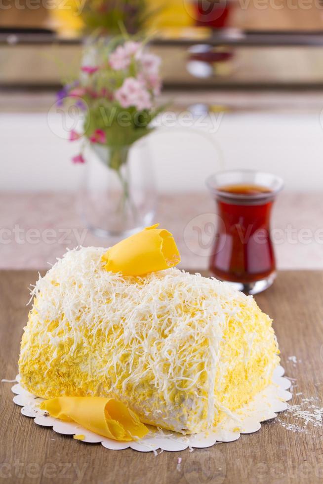 gul päls banan och kokosnöt kaka redo att äta foto