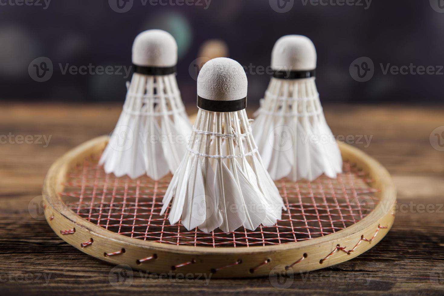 uppsättning badminton. paddla och skytteln. foto
