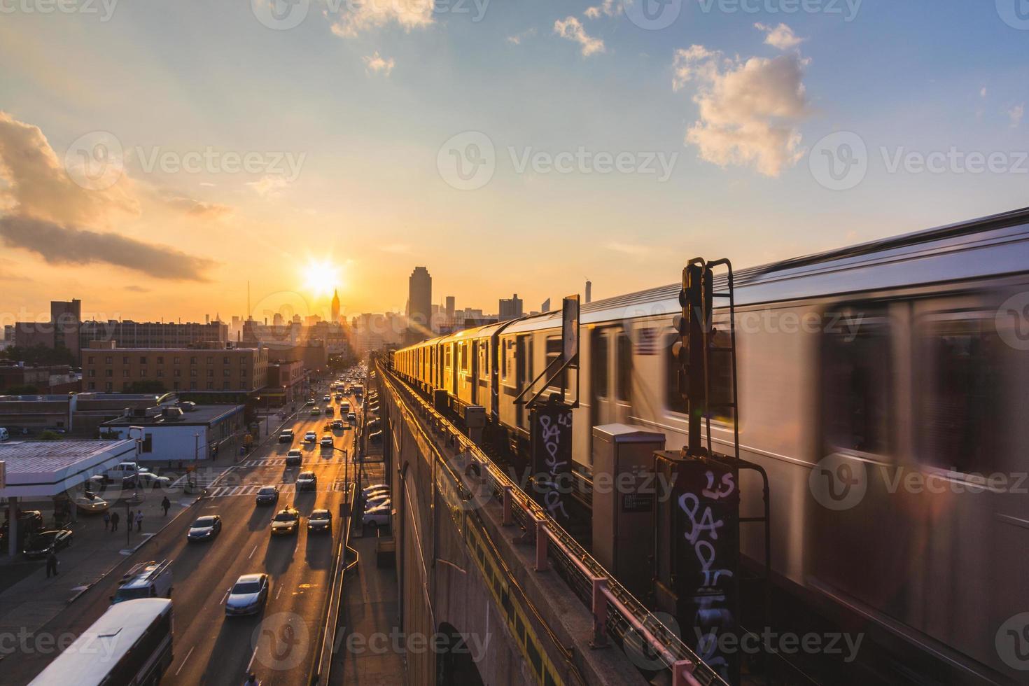 tunnelbanetåg i New York vid solnedgången foto