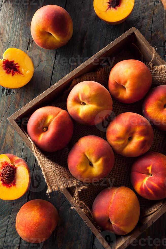 råa organiska gula persikor foto