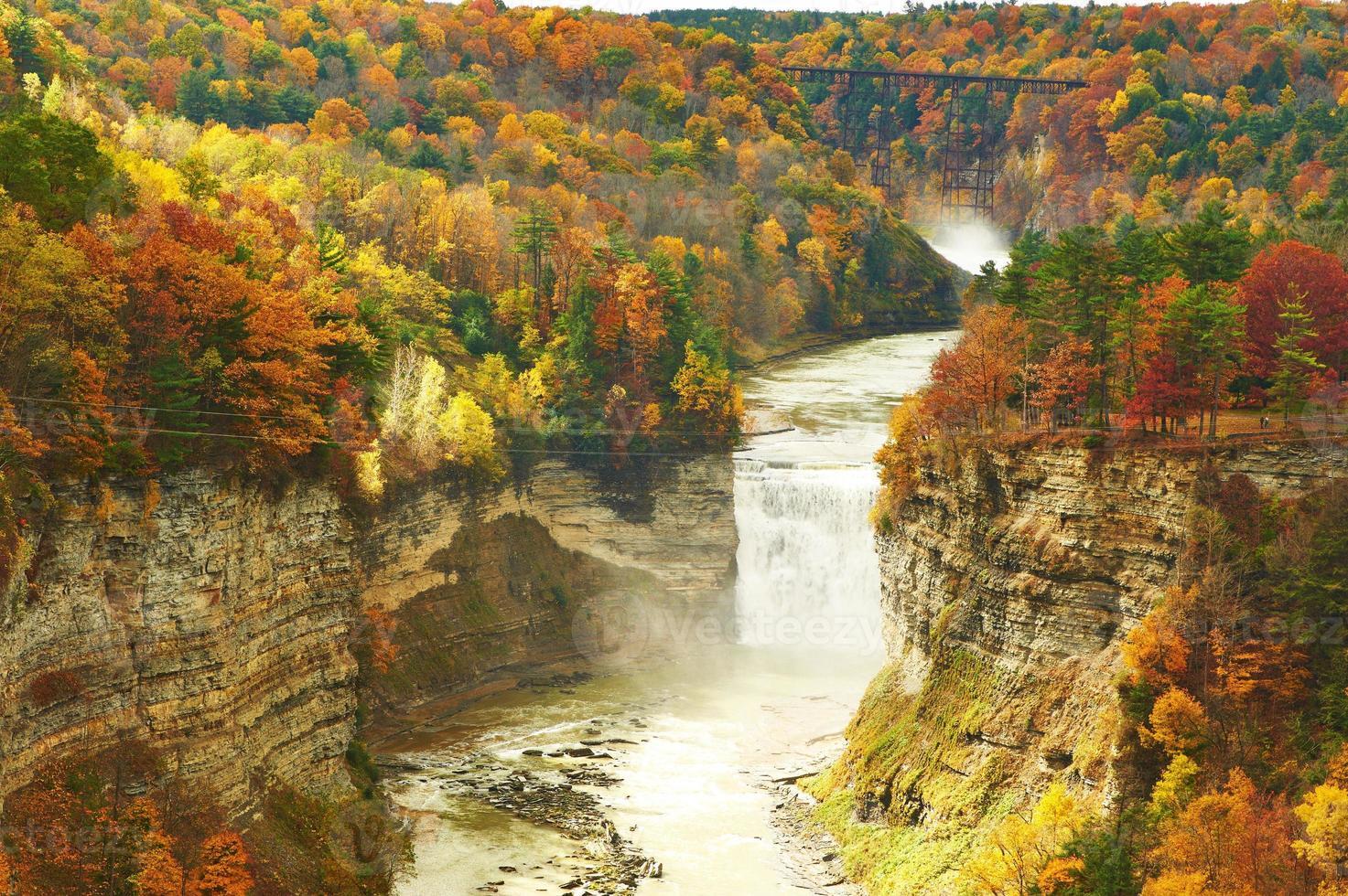 höstplats med vattenfall och ravin foto