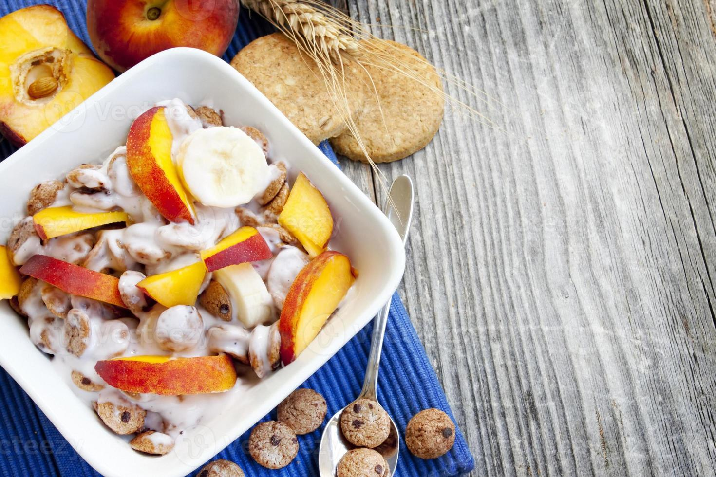 frukost med spannmål och yoghurt foto
