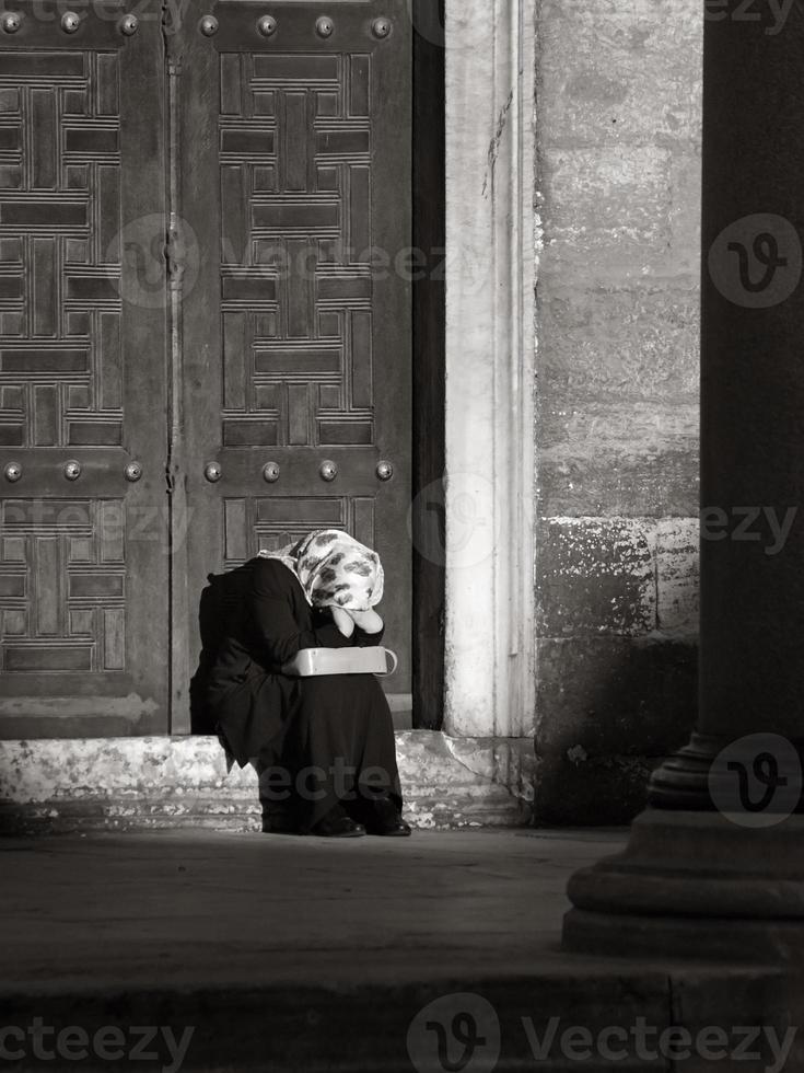 gråtande kvinna med huvudduk (svart och vitt) foto