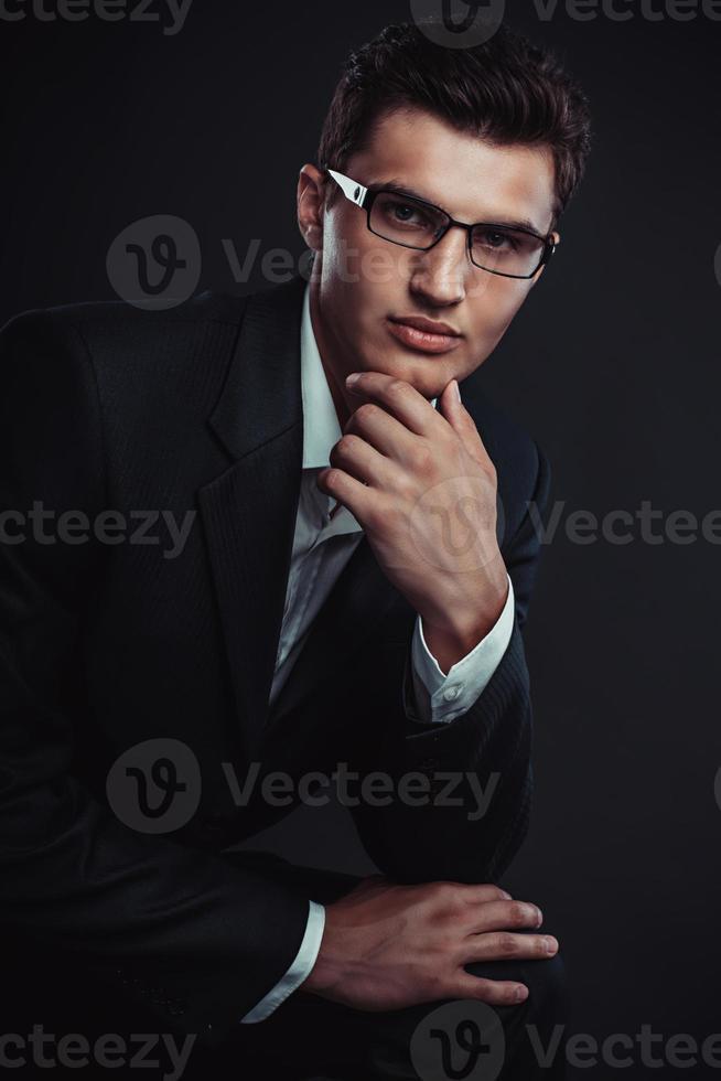 ung affärsman som bär glasögon. studiofotografering. foto