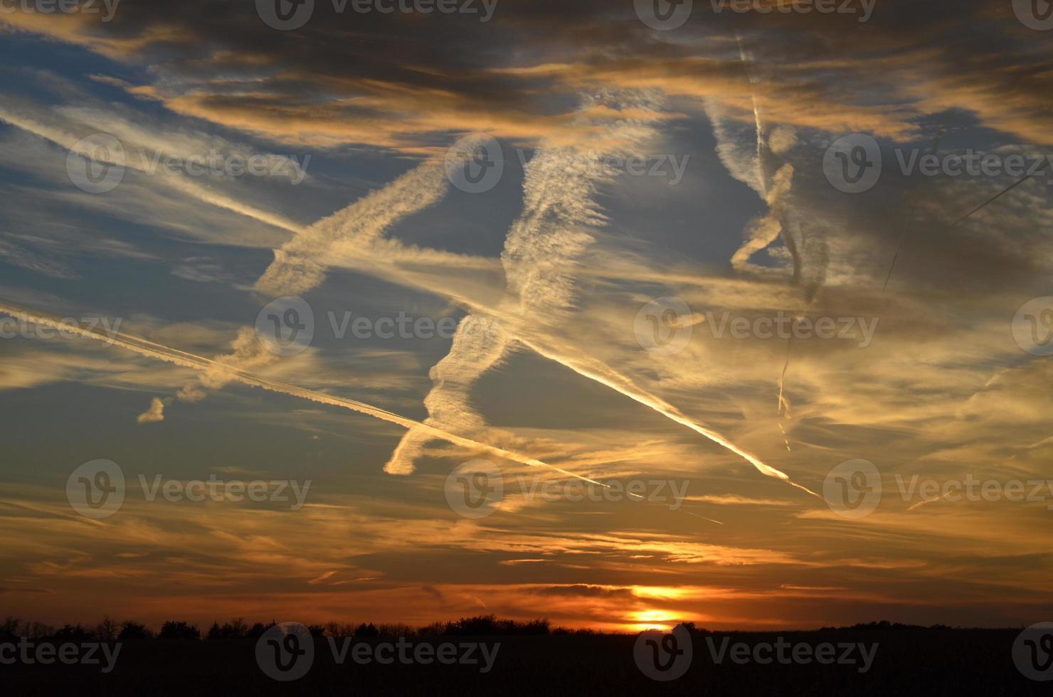 solnedgång med molnspår foto