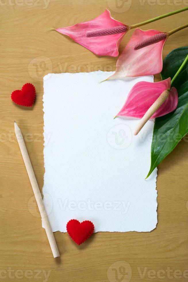 färska anthuriumblommor och blankt kort foto