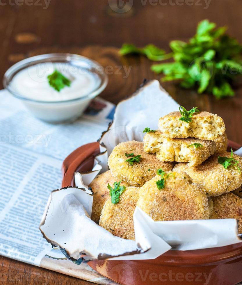 bakad falafel med yoghurtsås foto