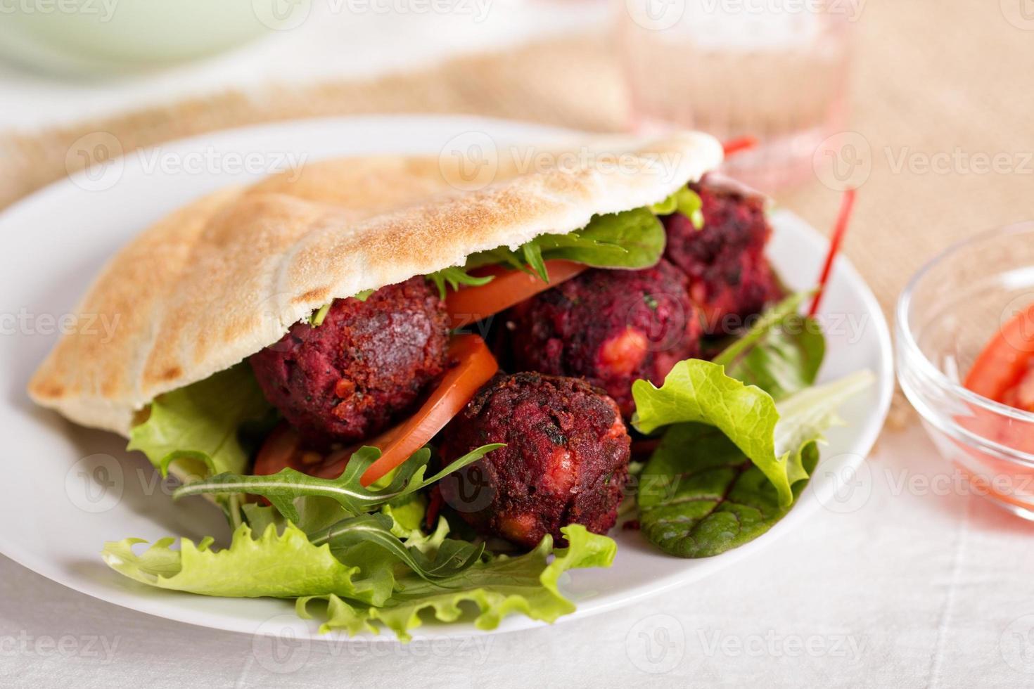 rödbetor falafel foto