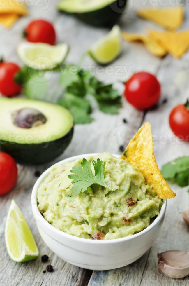 guacamole med majs chips foto
