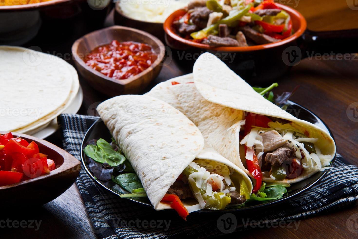 hemlagad kycklingfäitas med grönsaker och tortilla foto