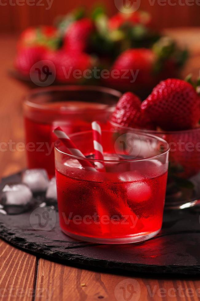 färsk jordgubbecocktail på träbordet foto