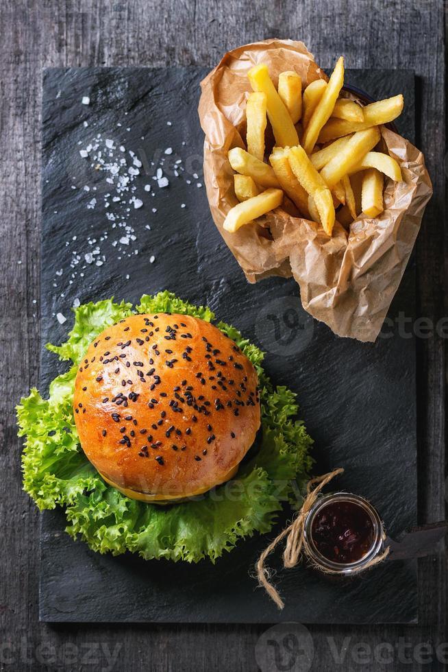 hemlagad hamburgare med pommes frites foto