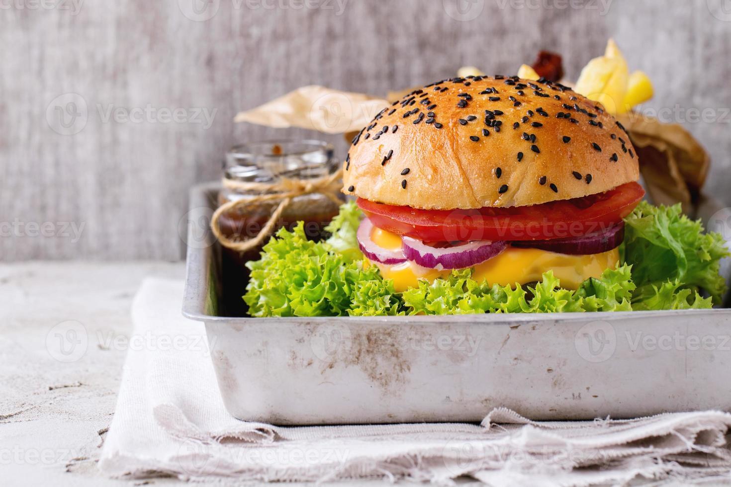 färsk hemlagad hamburgare foto