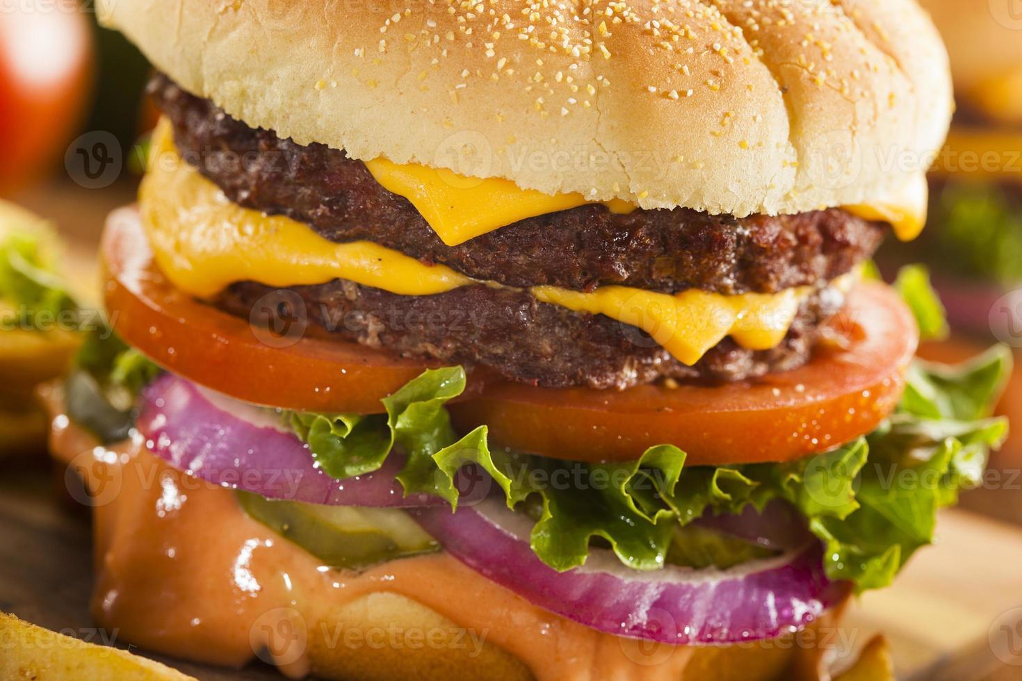 köttost hamburgare med salladtomat foto