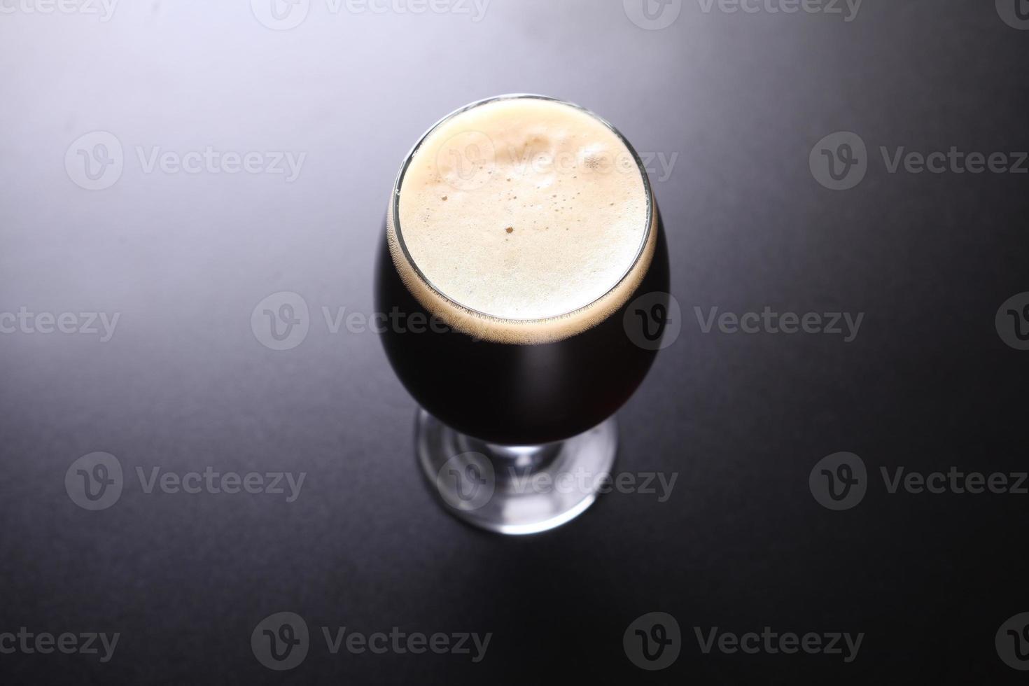 glas mörkt öl foto