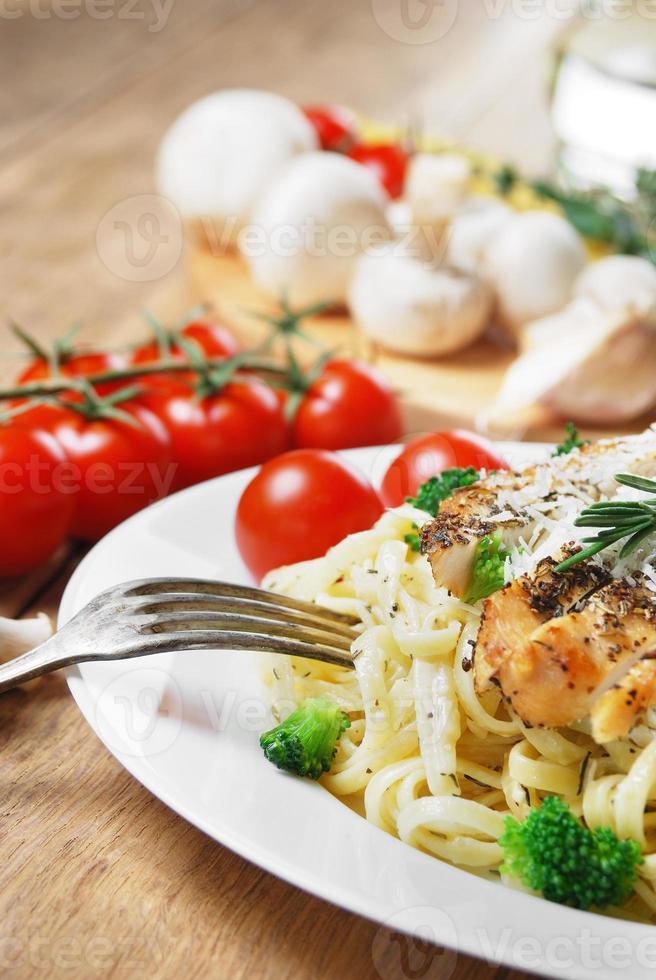pasta med stekt kyckling foto