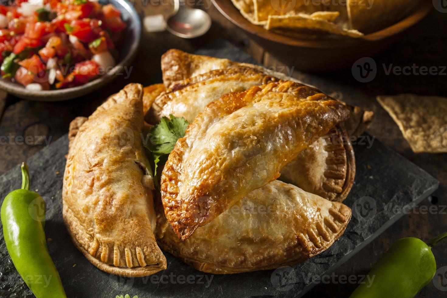 hemlagad fylld kyckling empanadas foto