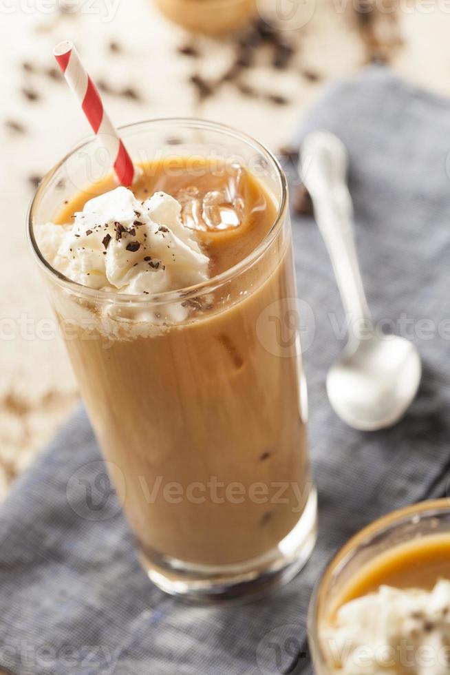 fint iced kaffe med grädde foto