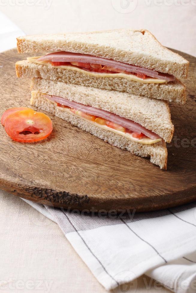 smörgås med skinka, ost och tomat foto