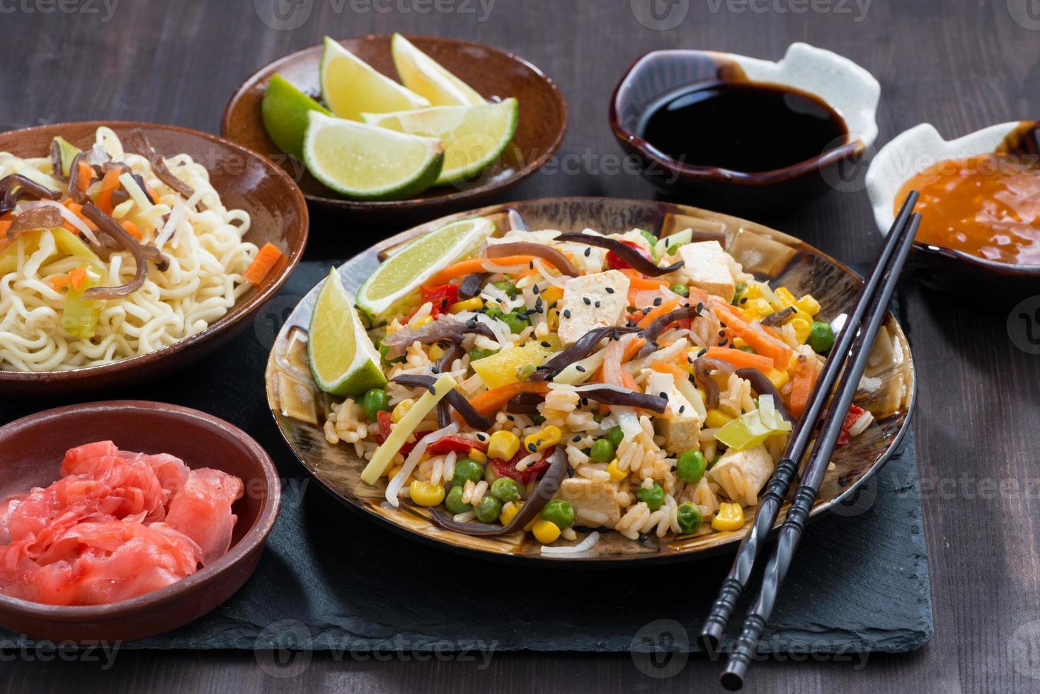 asiatisk lunch - stekt ris med tofu och grönsaker foto