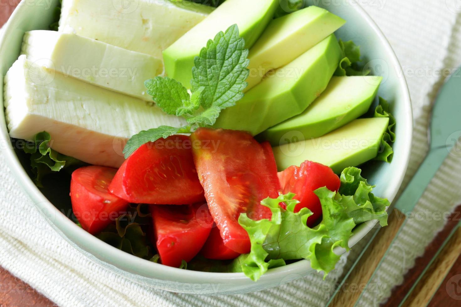 sallad i asiatisk stil med tofuost, avokado och tomat foto