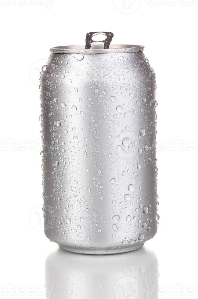 öppen aluminiumburk isolerad på vitt foto